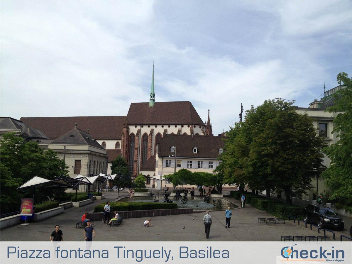 Basilea: piazza con la fontana di Tinguely