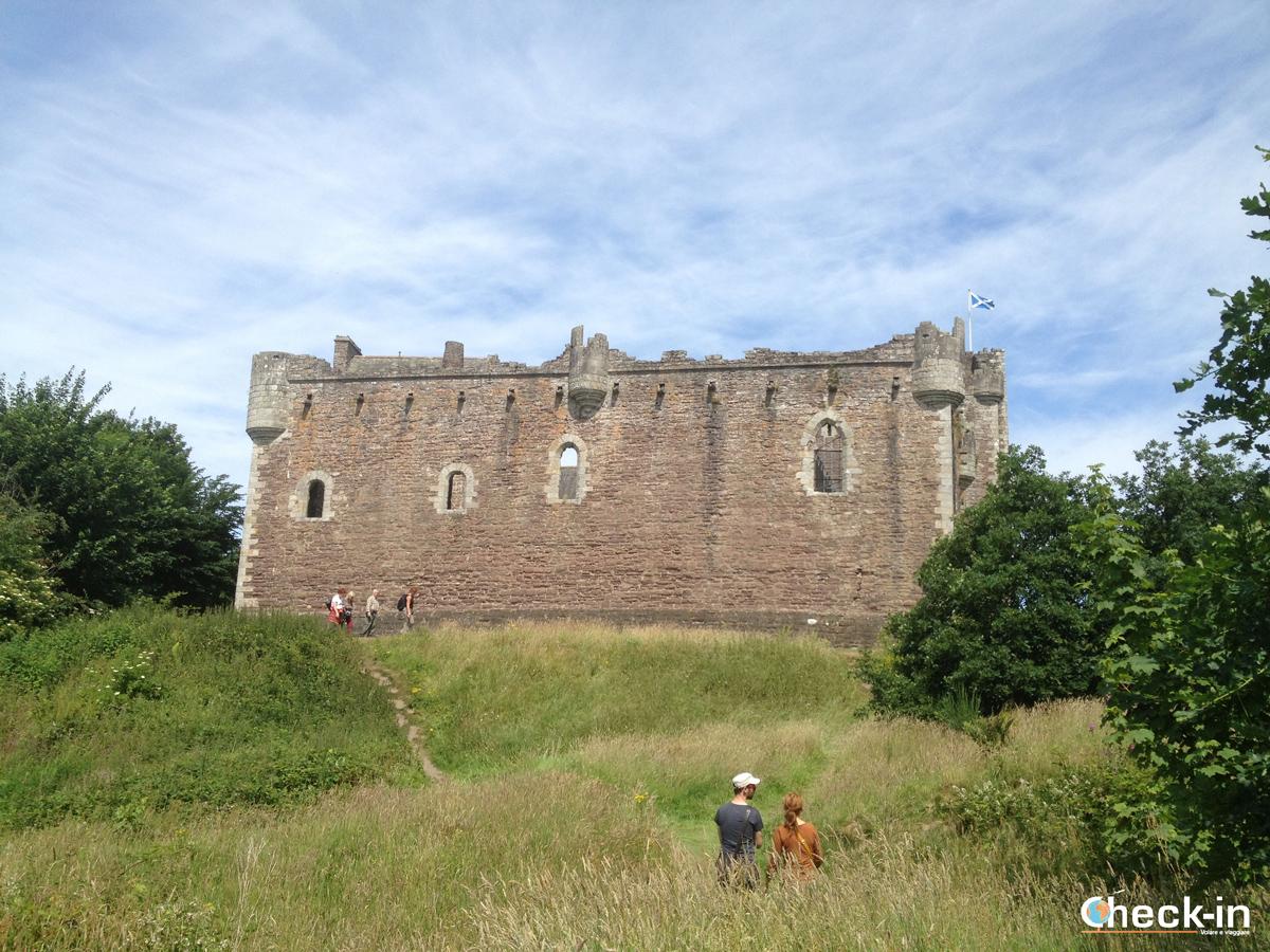 """Nelle Lowlands sul """"set"""" di Outlander ammirando le rovine del castello di Doune"""