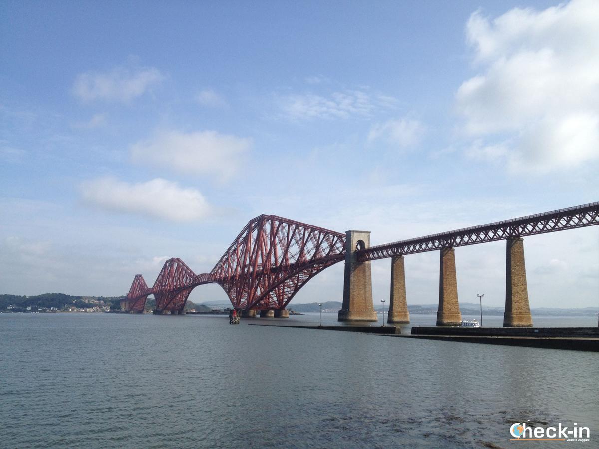Vista del Forth Bridge lasciando Edimburgo durante il tour della Scozia verso le Lowlands