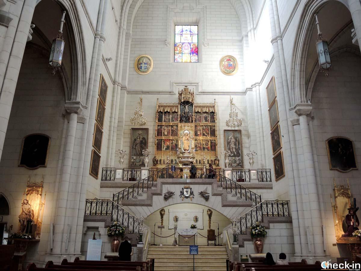 L'altare dedicato alla Vergine dell'Almudena, patrona di Madrid