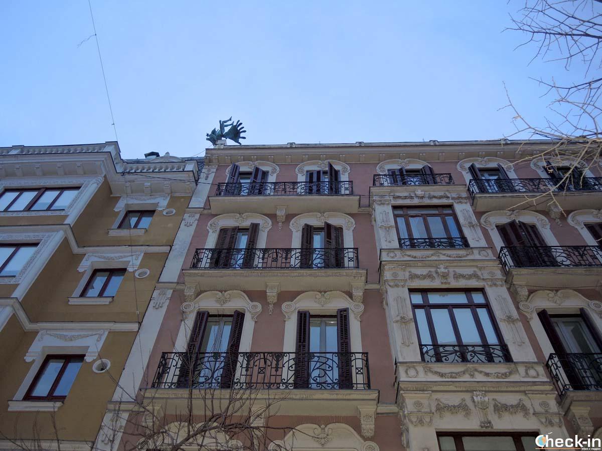 10 cose da fare e vedere a Madrid: la statua dell'uomo alato vicino a Plaza Mayor