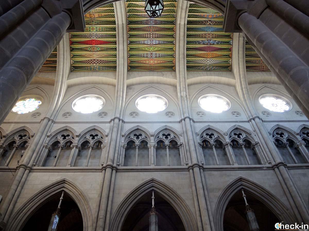 Decorazioni della navata centrale della Cattedrale dell'Almudena di Madrid
