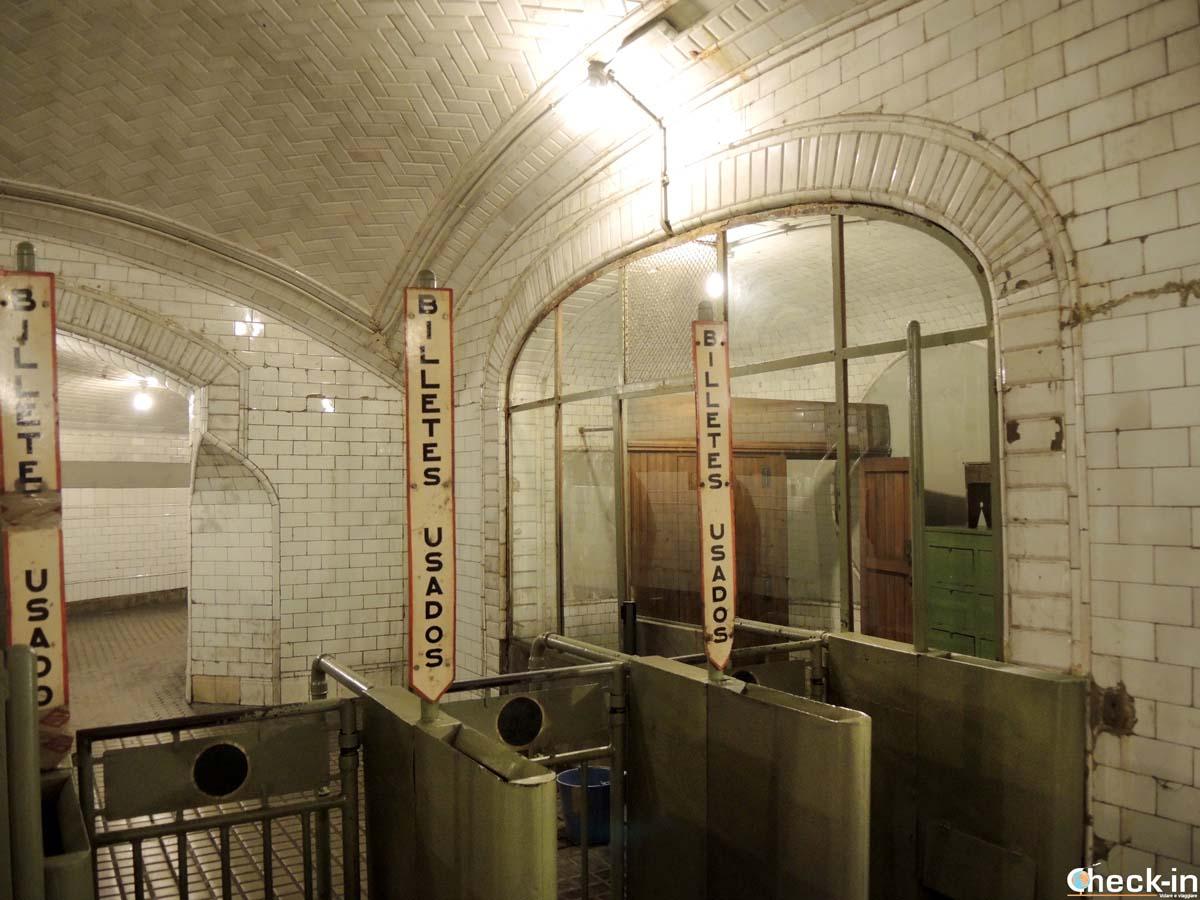 I tornelli degli anni '60 della metro Chamberí di Madrid