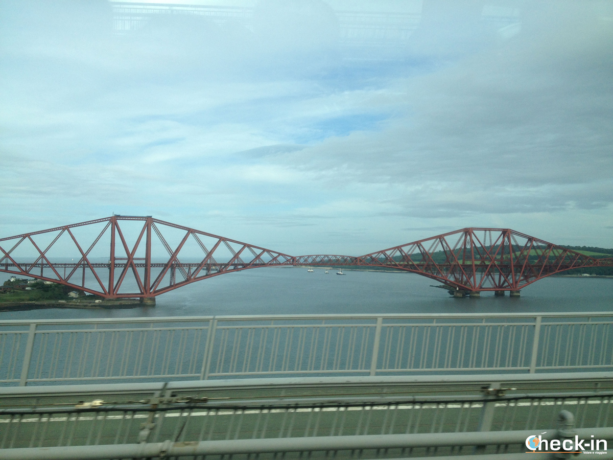 Vista del Forth Bridge appena dopo Edimburgo sulla strada verso Loch Ness