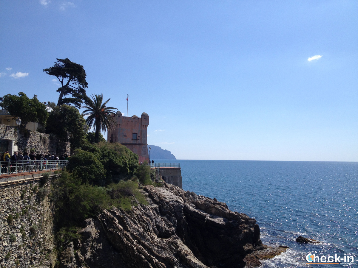 Torre Gropallo, Genova Nervi - Passeggiata Anita Garibaldi a picco sul Mar Ligure