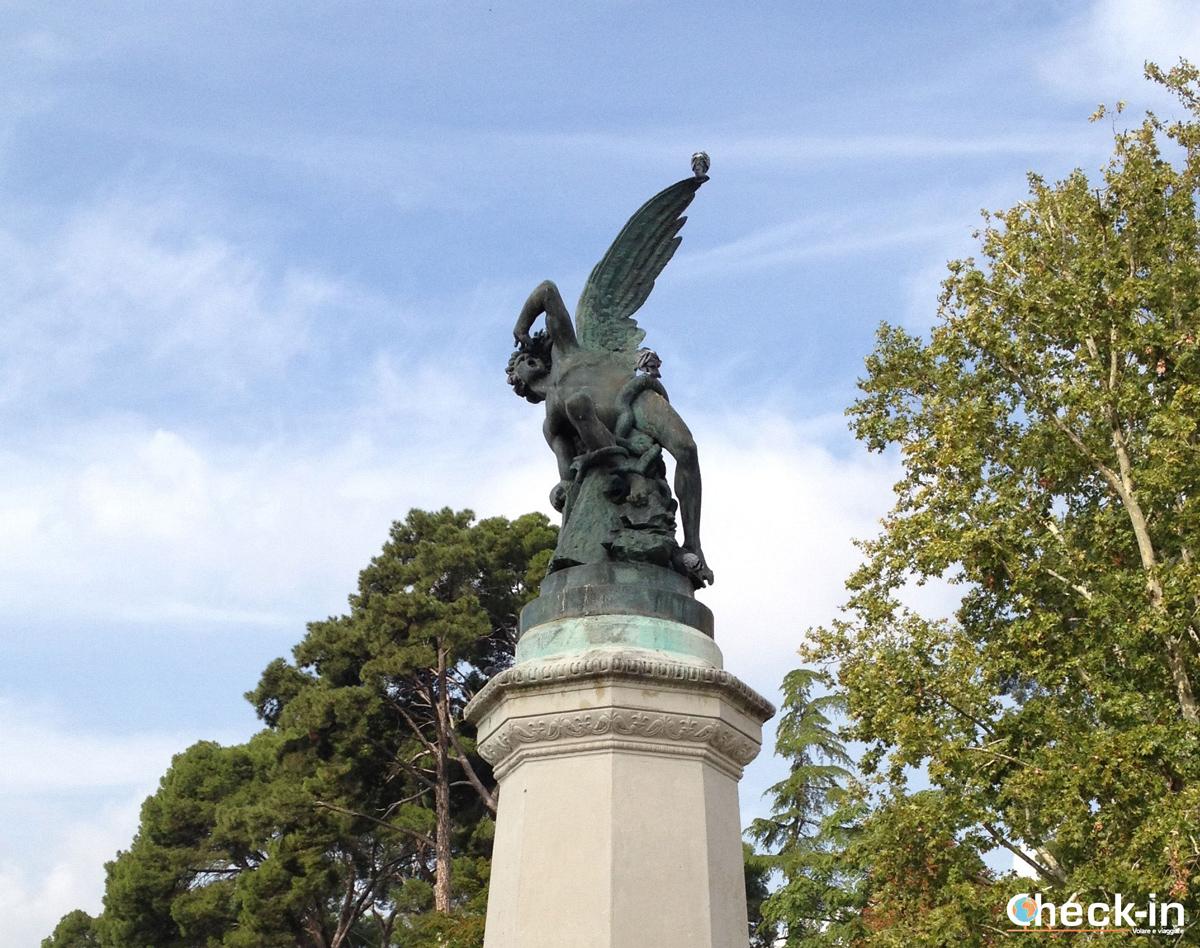 Lucifero a Madrid: primo piano della fontana dedicata all'Angelo Caduto all'interno del parco del Retiro