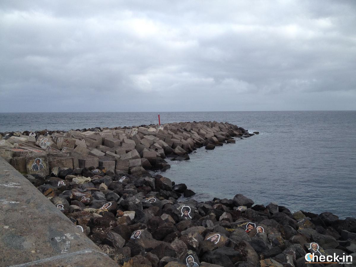 Scorcio delle rocce dipinte dietro l'Auditorium di Tenerife di Calatrava
