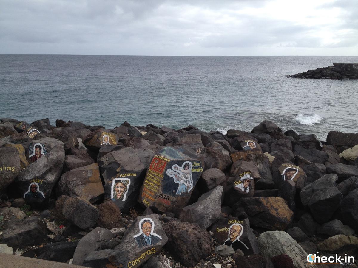Le rocce dipinte dietro l'Auditorium di Tenerife di Calatrava