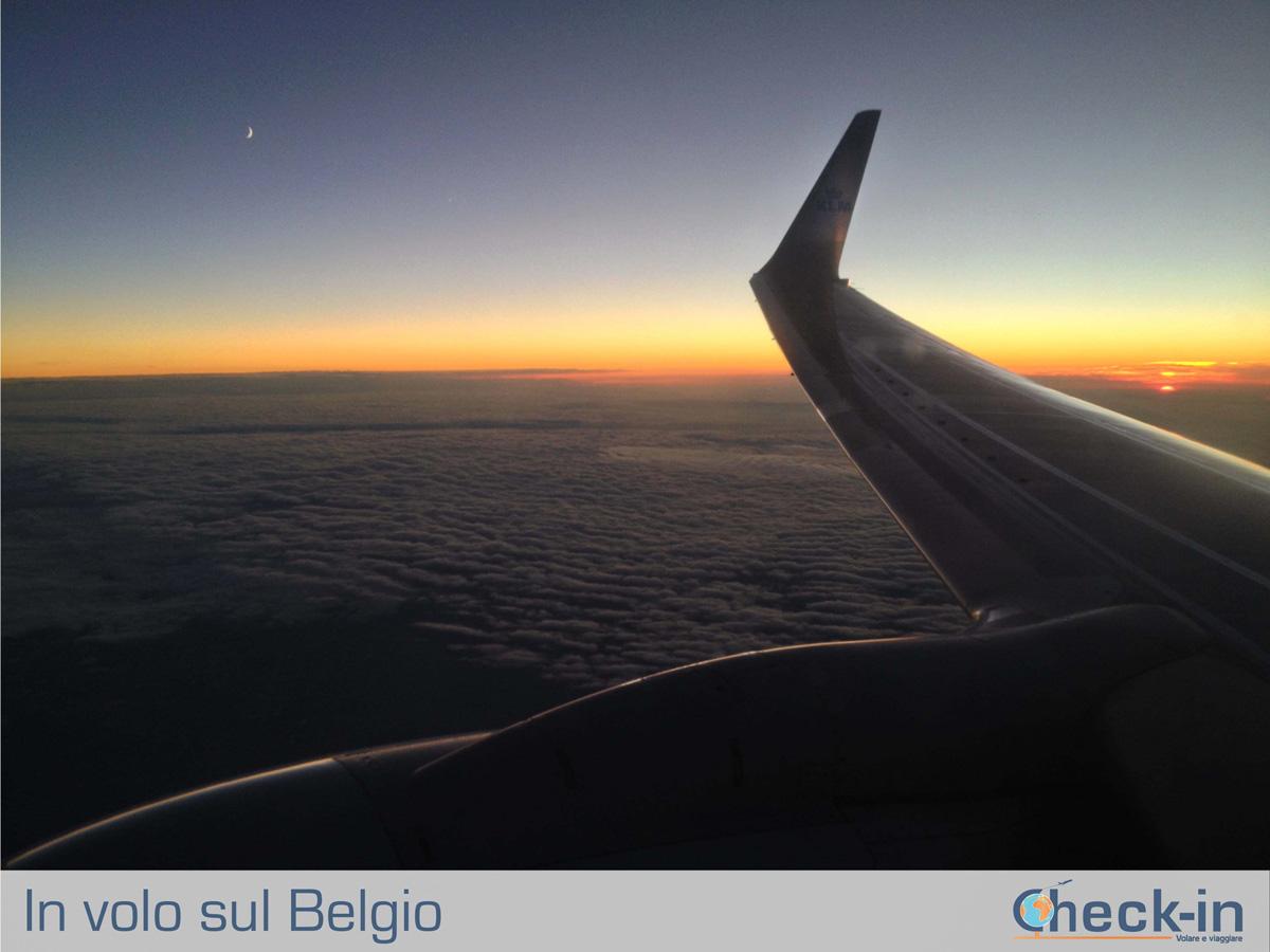 In volo da Milano ad Amsterdam: sole e luna all'orizzonte
