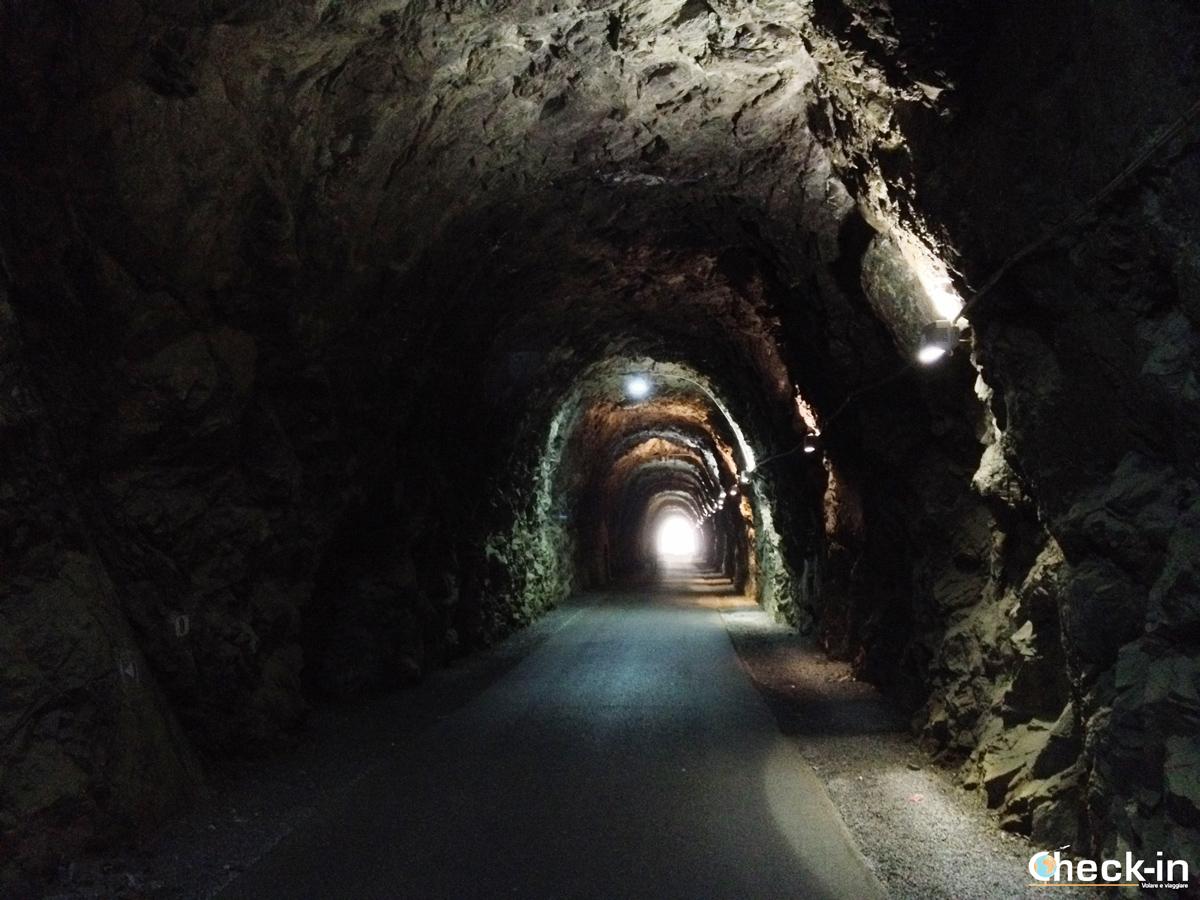 Una delle nove gallerie presenti lungo la passeggiata tra Cogoleto e Varazze