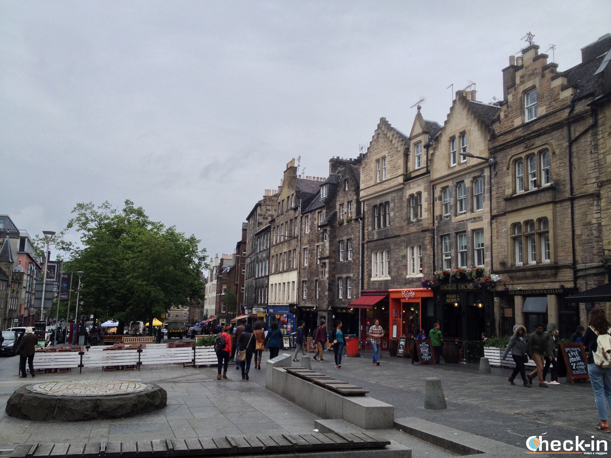 La Old Town di Edimburgo: la piazza di Grassmarket