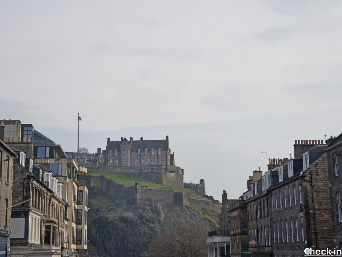 Il Castello di Edimburgo visto passeggiando nella New Town