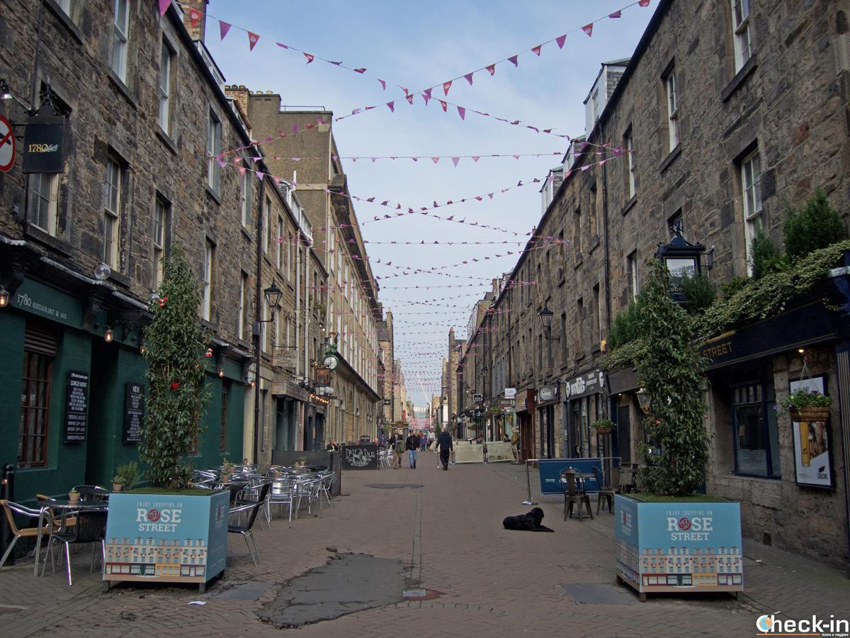 Rose Street, la via dello shopping e del cibo nella New Town di Edimburgo