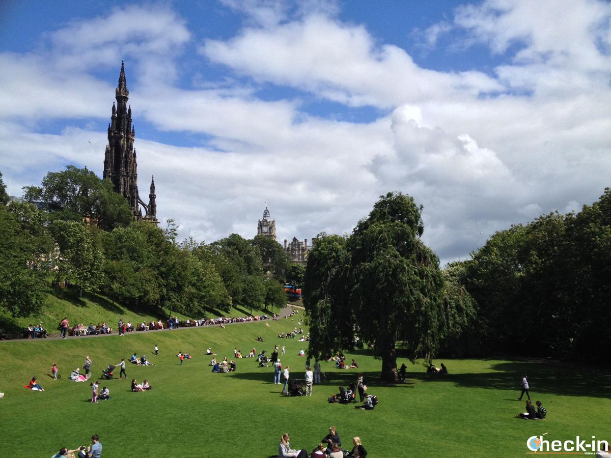 La New Town di Edimburgo: Princess Street Gardens con lo Scott Monument sullo sfondo