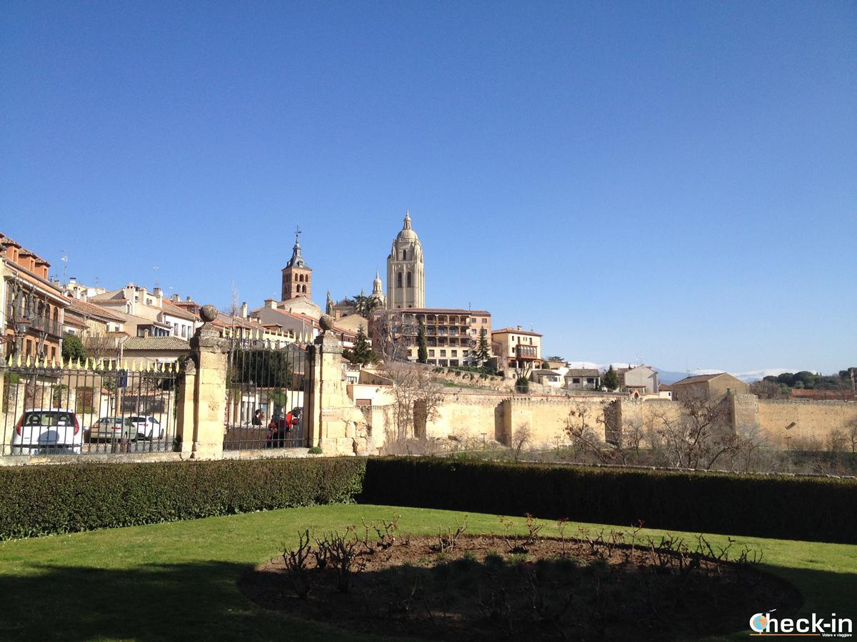 Cosa vedere a Segovia: panorama della Cattedrale e del suo campanile dall'Alcázar