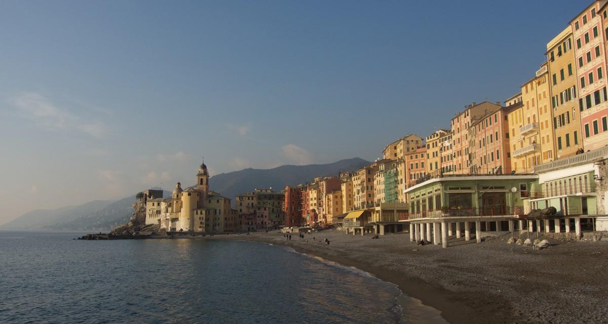 Camogli, passeggiata nel borgo marinaro sospeso tra le colline ed il mare della Liguria di levante