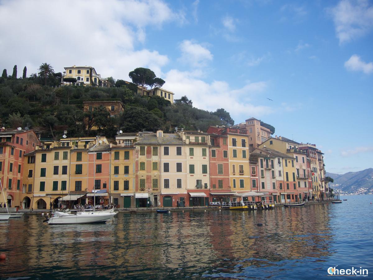 Passeggiata da Santa Margherita a Portofino: riflessi delle case colorate