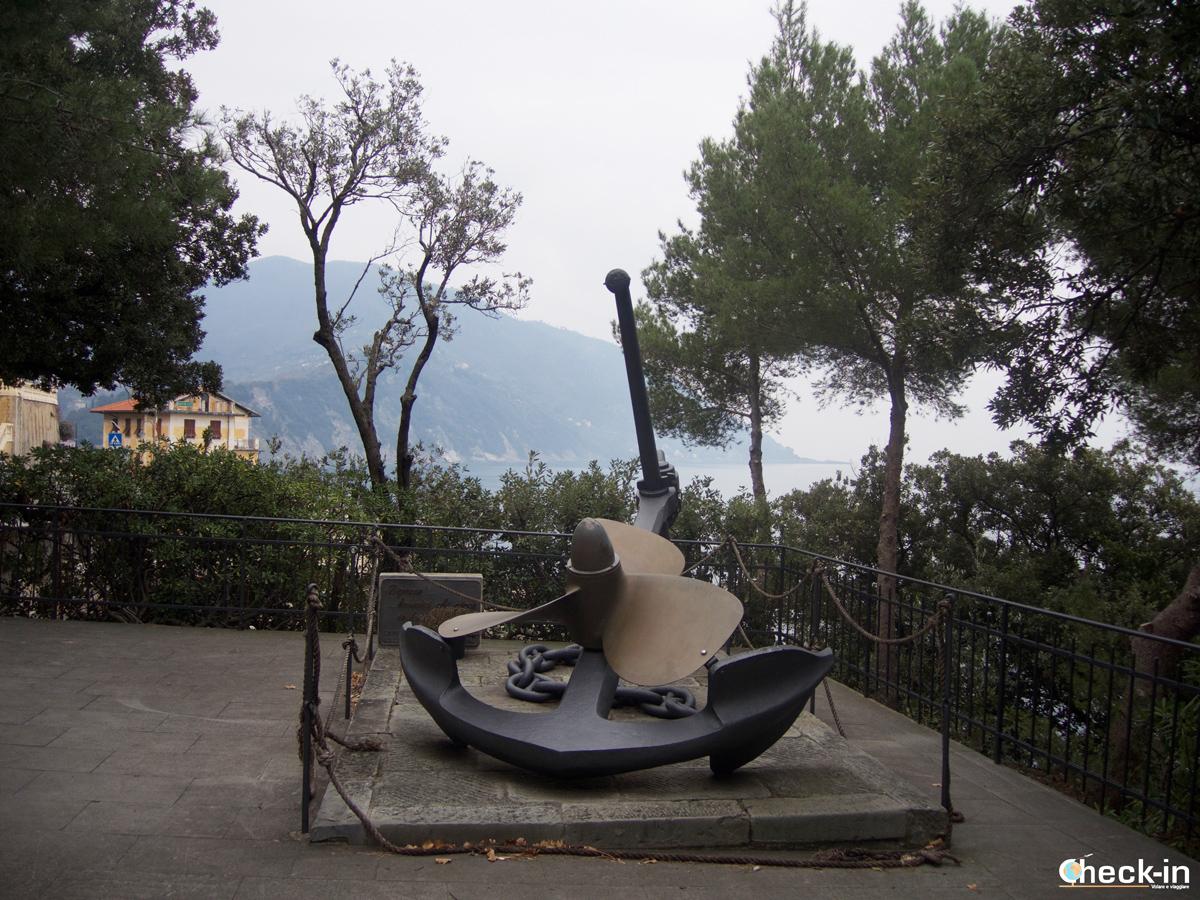 """Passeggiata a Camogli: il """"Monumento al Navigante"""""""
