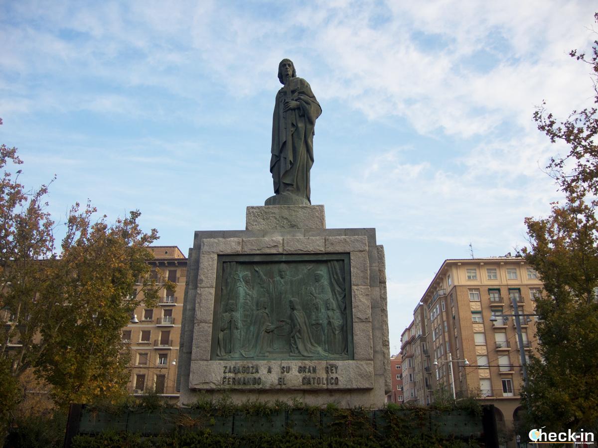 In direzione del Parque Grande di Zaragoza: la statua dedicata a Fernando II d'Aragona