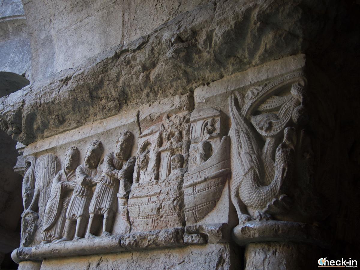 Dettagli delle decorazioni nel Chiostro della Cattedrale di Girona