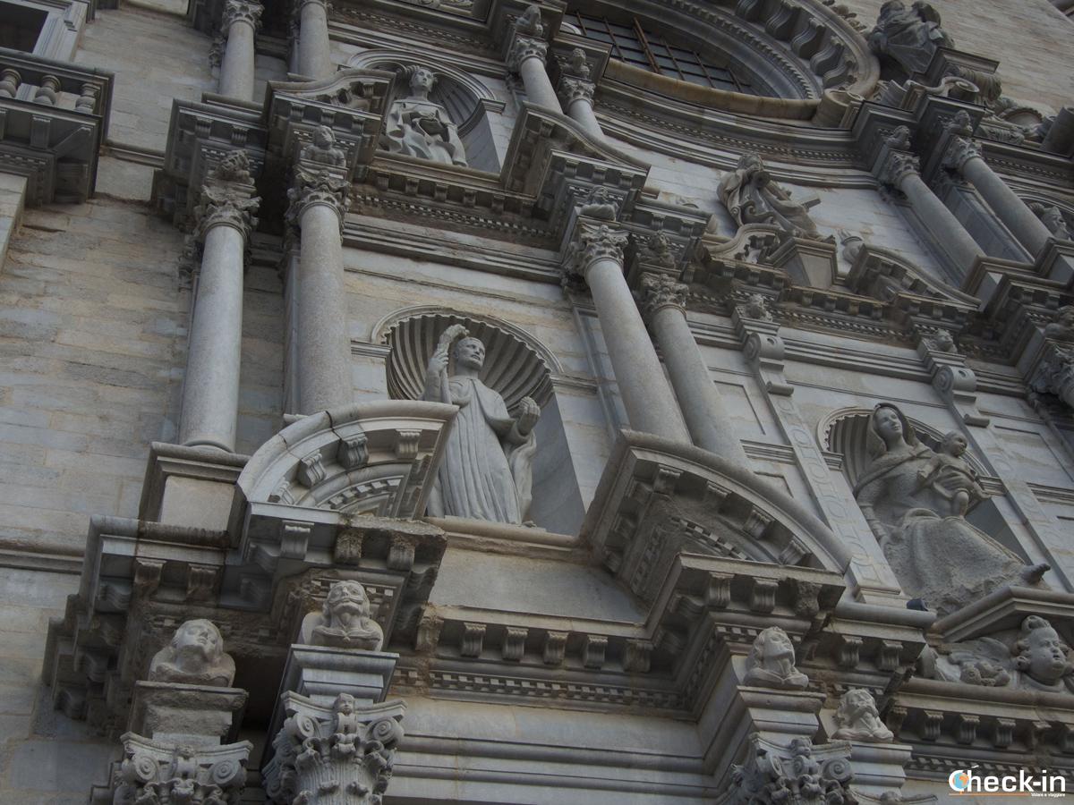 La Cattedrale di Girona con la scultura di un presunto Dalí