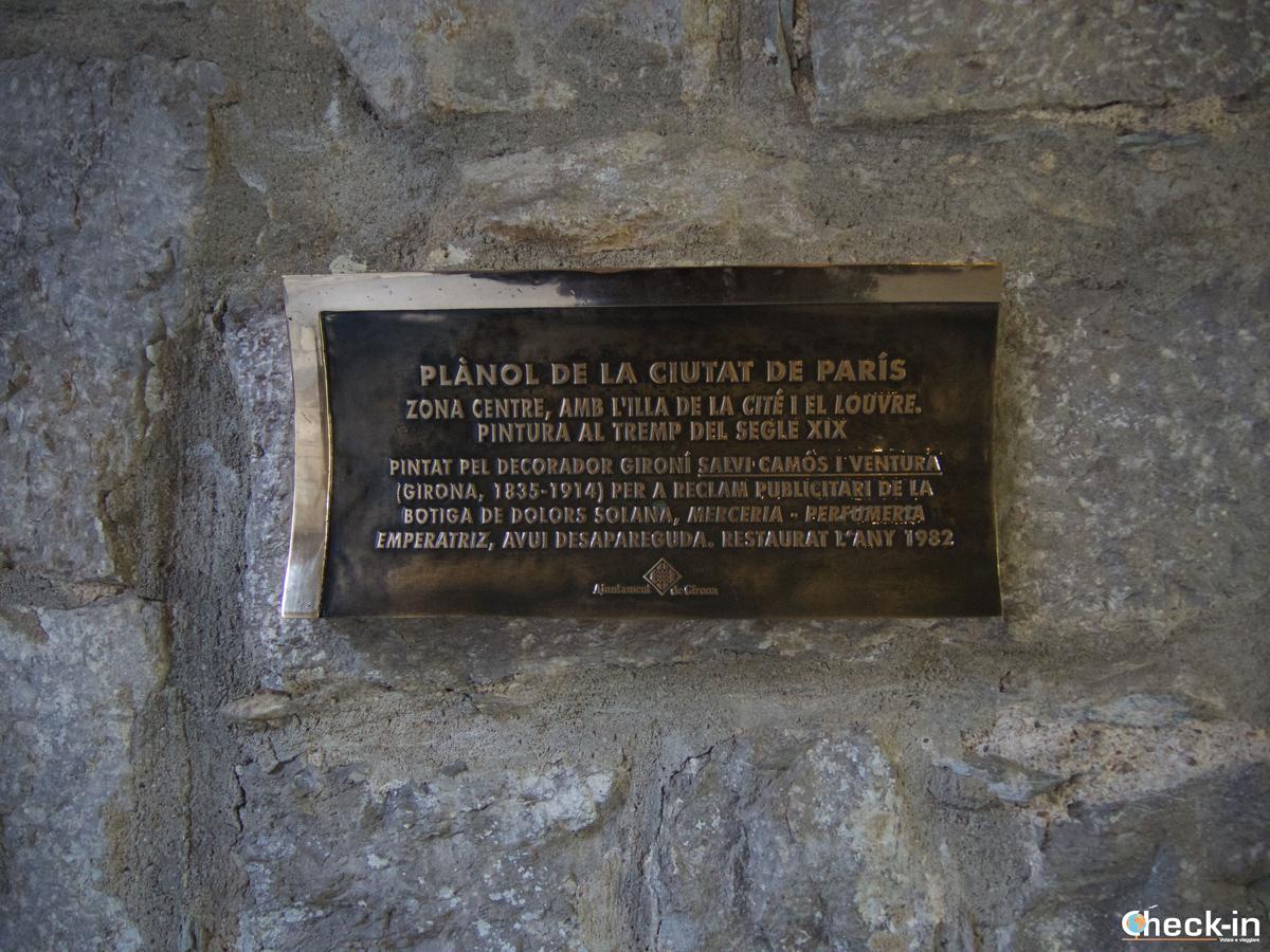 """La targa di """"Parigi"""" sotto i portici della Rambla di Girona"""