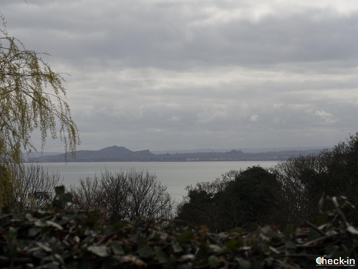Edimburgo vista dal cimitero di St. Fillan vicino al Castello di Aberdour