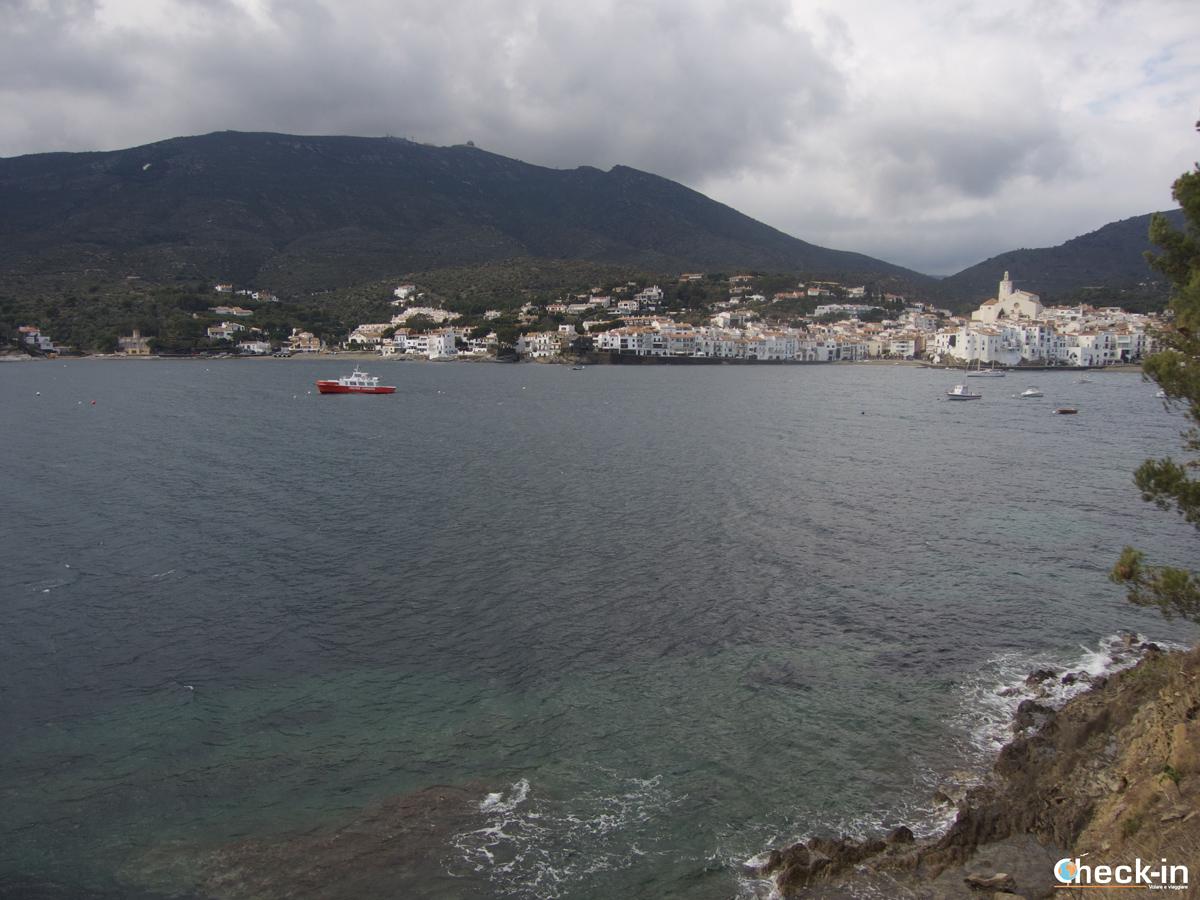 Cadaqués ammirata dalla passeggiata lungomare