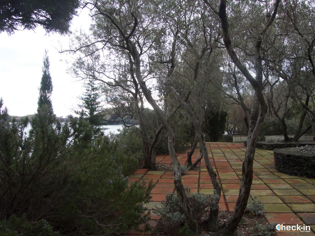 La terrazLa terrazza della casa di Dalí con vista su Port Lligat