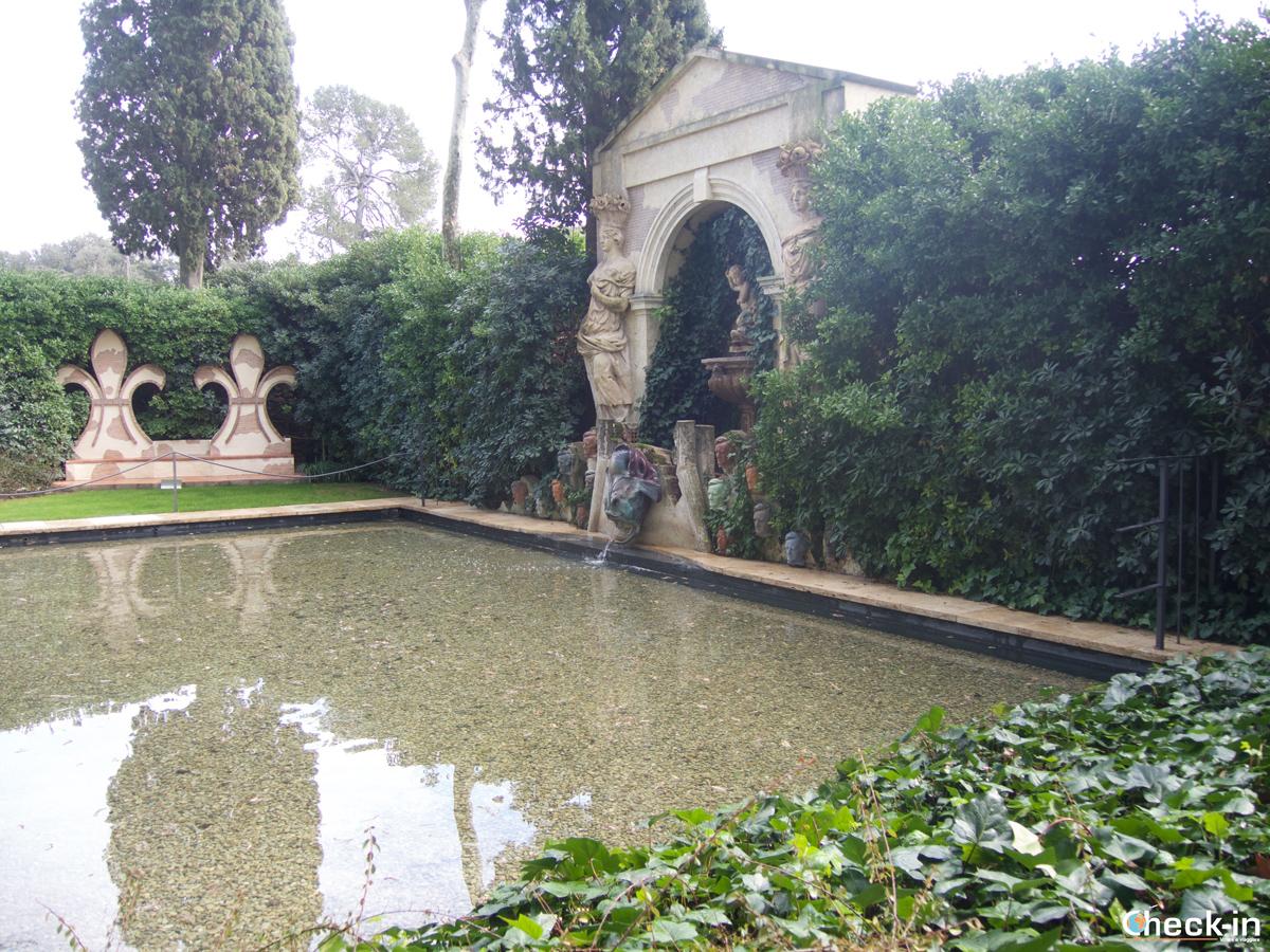 La piscina privata nel giardino del Castello Gala-Dalí di Púbol