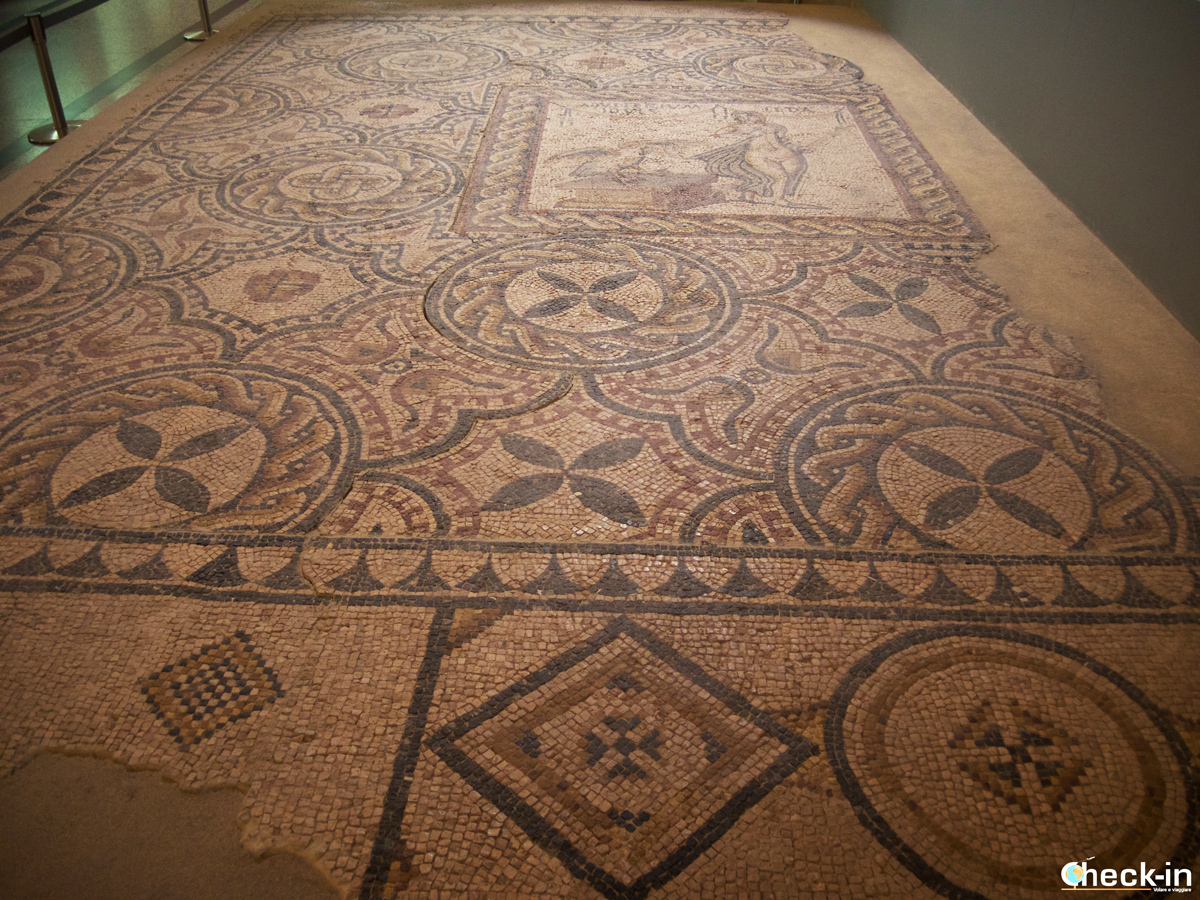 Resti di mosaico romani all'interno del Museo Arqueologico di Alcalá de Henares