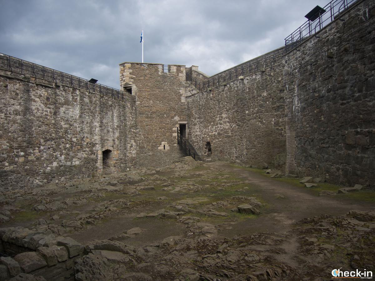 Il cortile interno del Blackness Castle