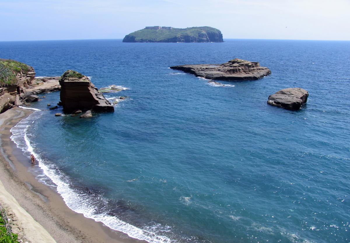 La spiaggia di Cala Nave sull'isola di Ventotene