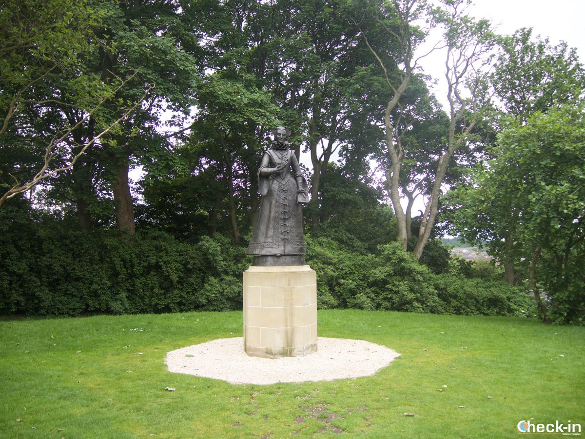 La statua di Mary Queen of Scots nei giardini di Linlithgow Palace