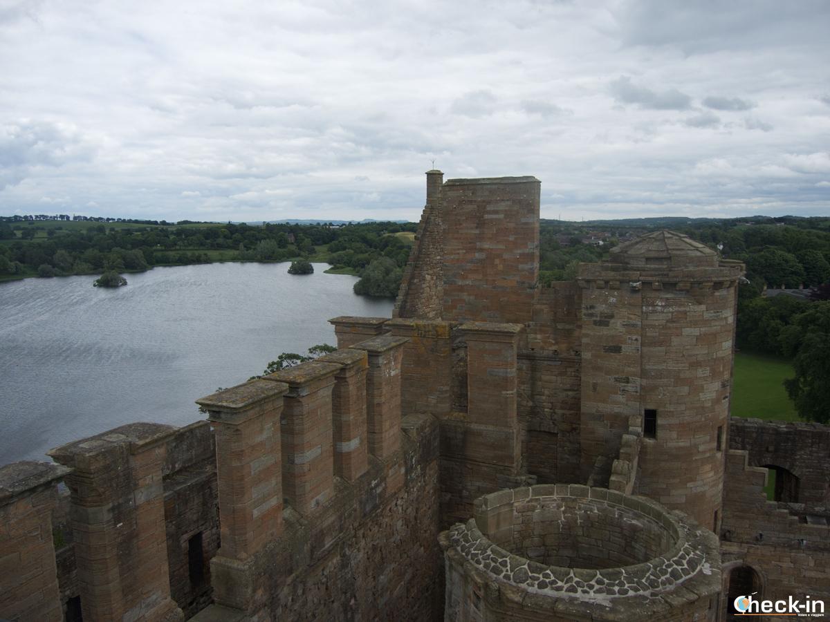 Scorcio di Linlithgow Palace affacciato sul Loch