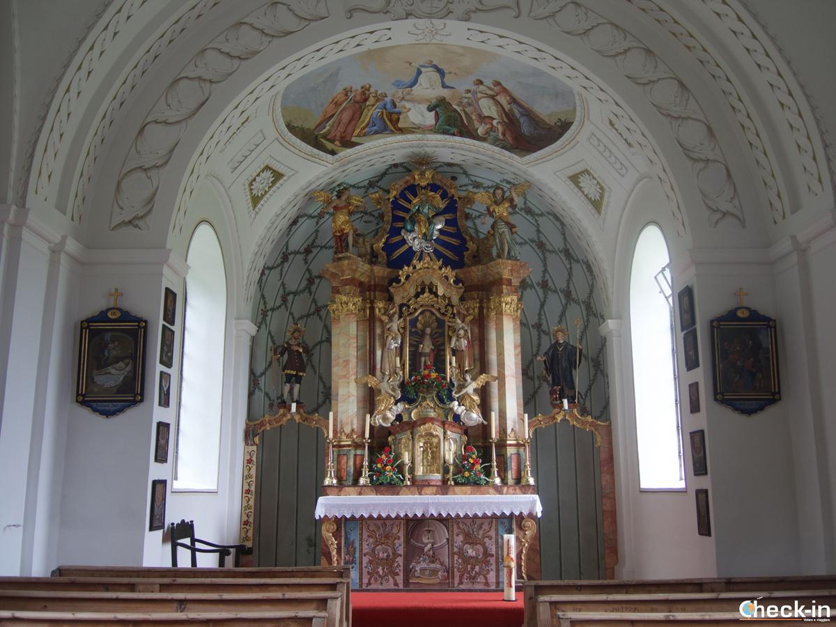 Interni della Chiesa barocca prima del lago di Hintersteiner See