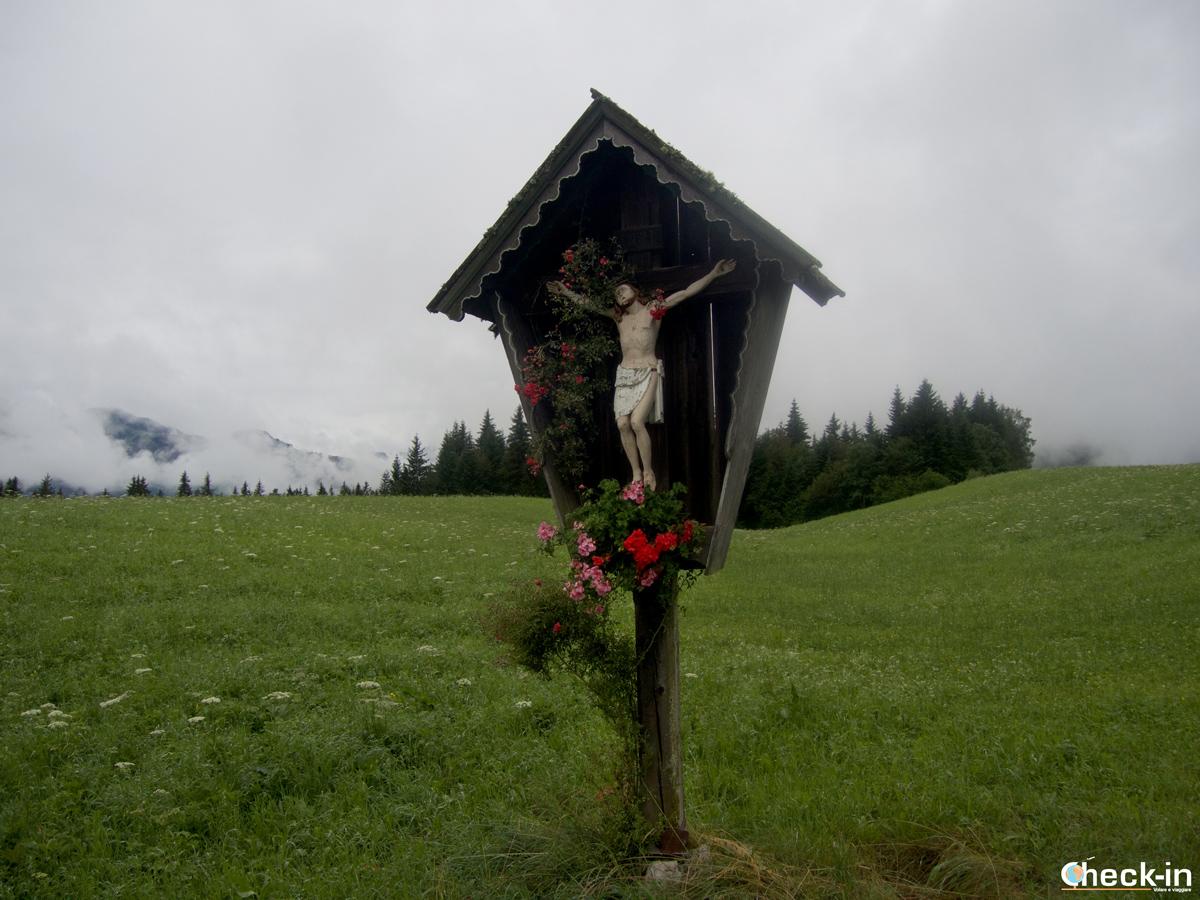Crocifisso lungo la via verso il lago di Hintersteiner See
