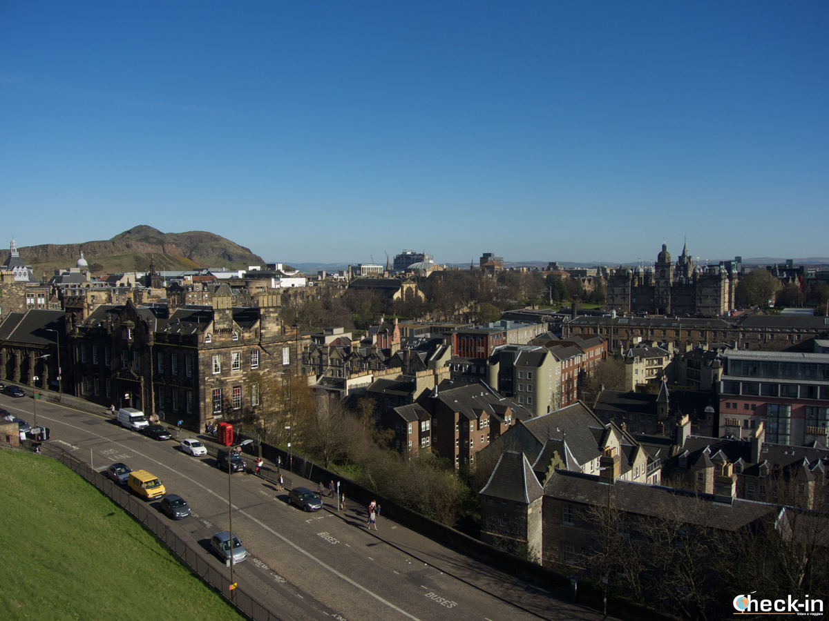 Tour panoramico di Edimburgo in un giorno: la Old Town vista dalla spianata di Castle Rock