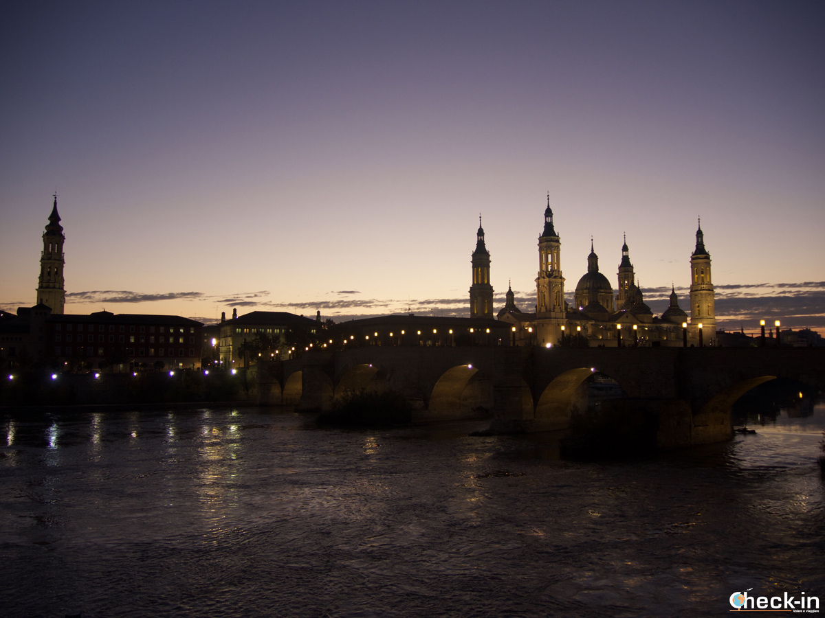 Que ver en Zaragoza: vista panorámica al anocher desde el Balcón de San Lázaro