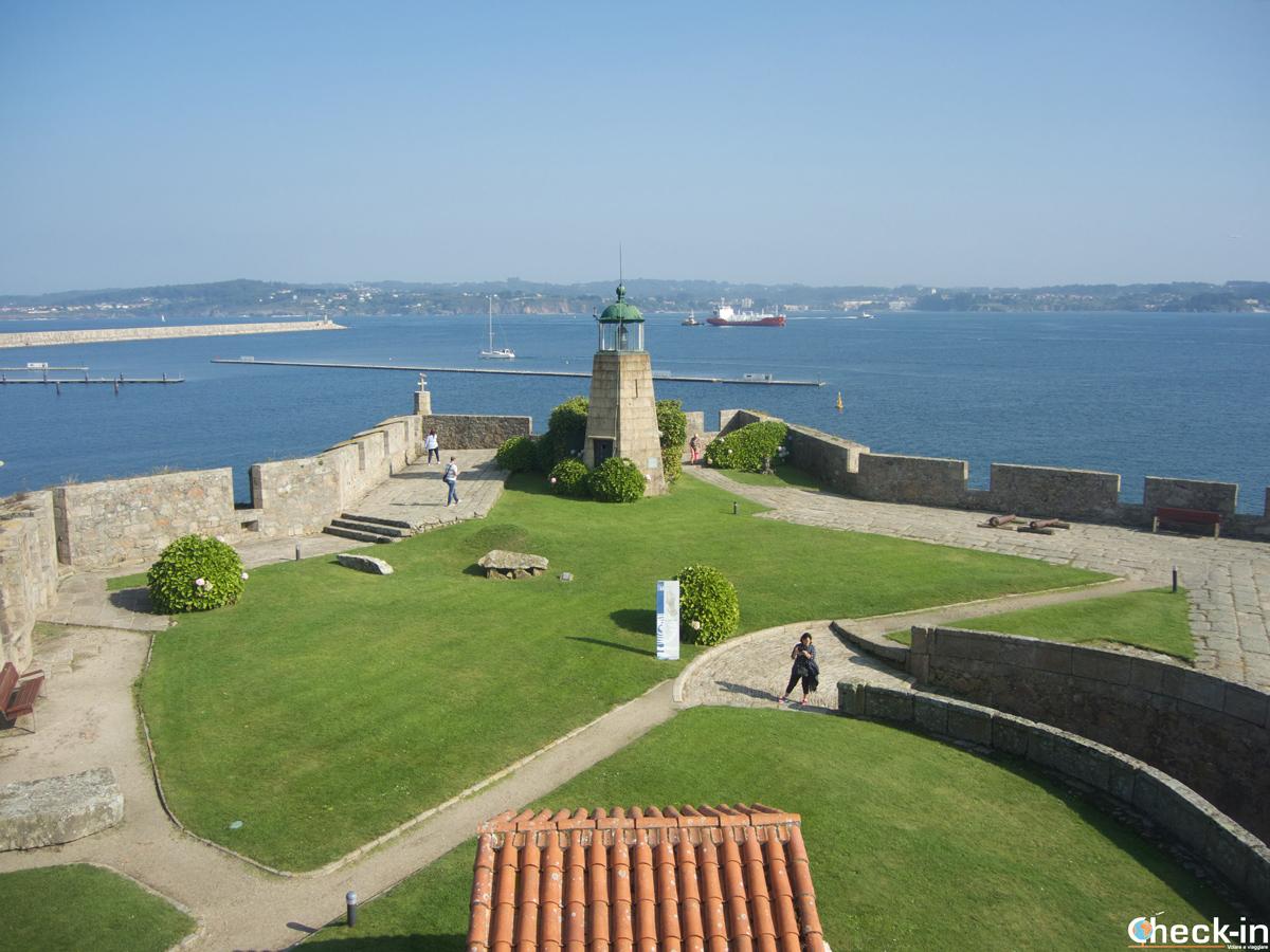 Terrazza panoramica sul giardino ed il Faro del Castillo de San Antón di La Coruña