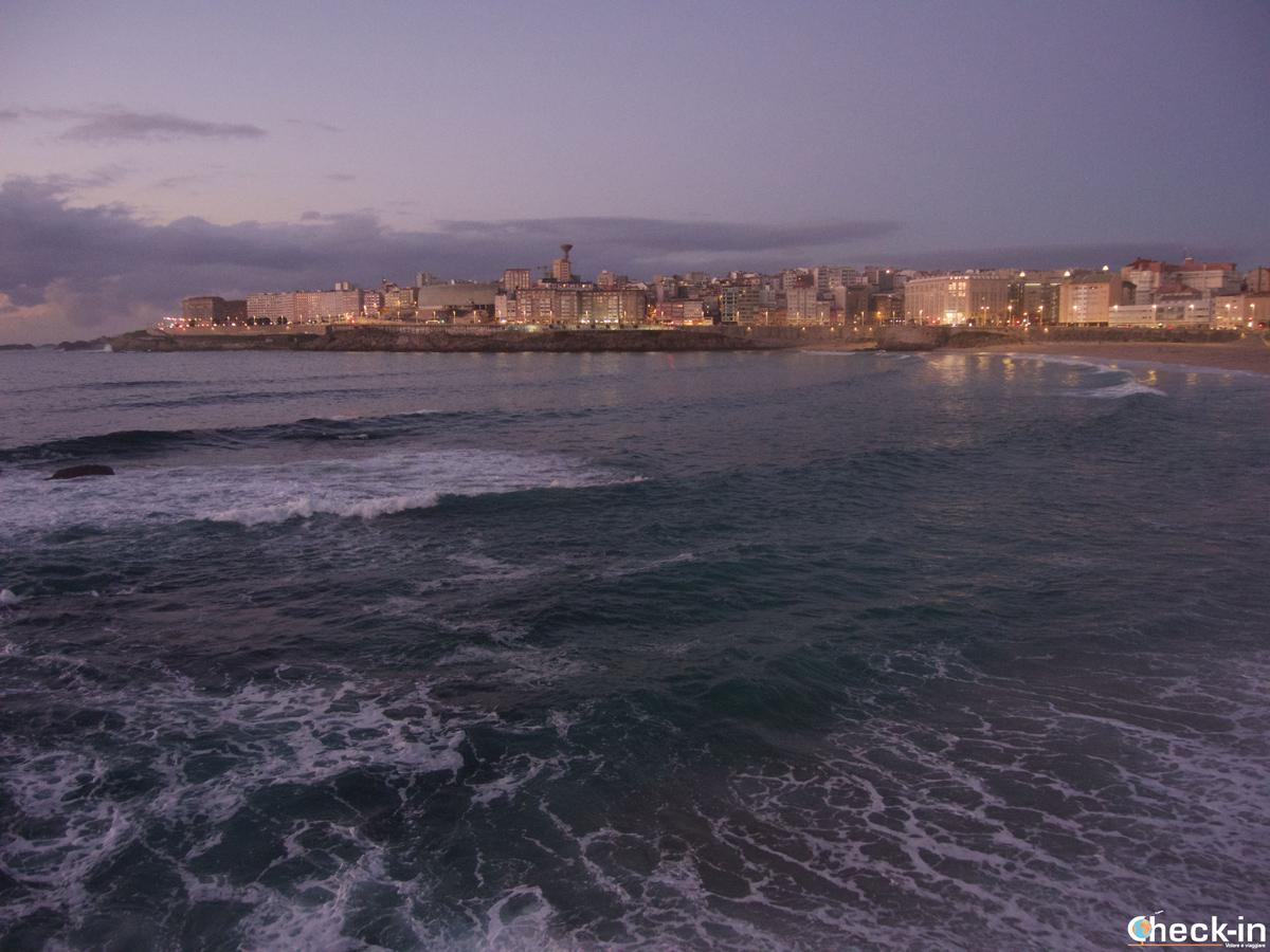 Que ver en La Coruña en dos días: el Paseo Marítimo y la playa del Orzán al anochecer