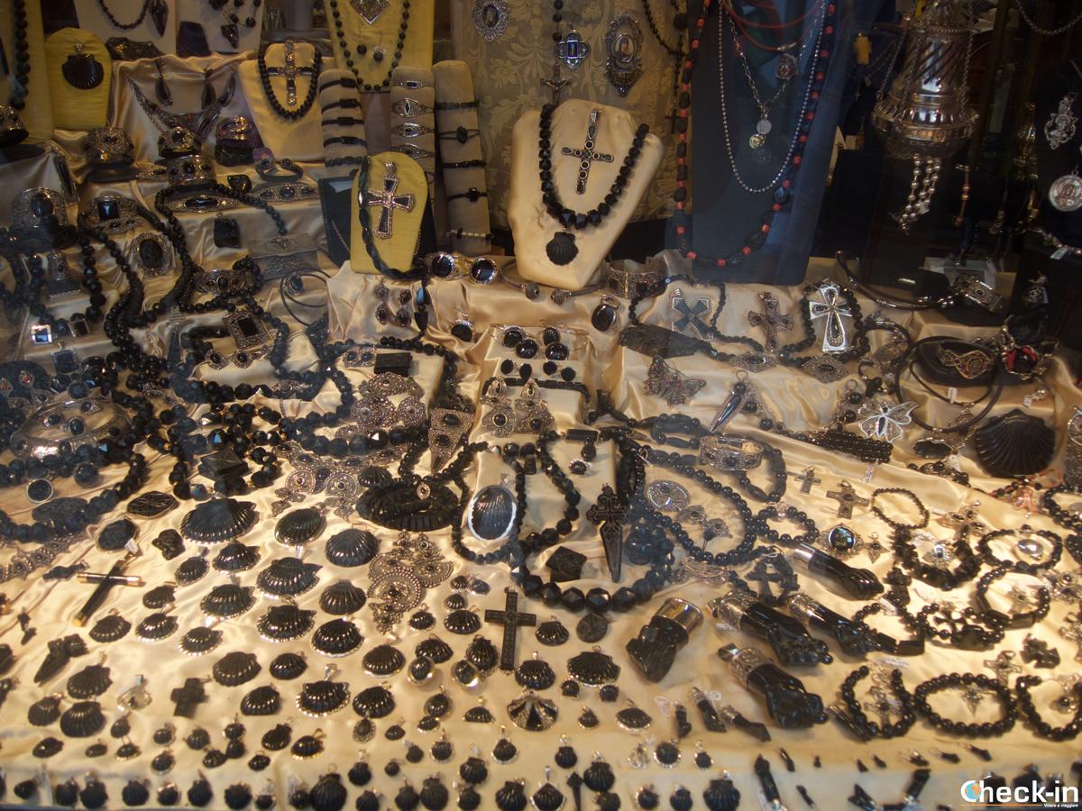 Cosa vedere nel centro storico di Santiago di Compostela: le botteghe di giaietto in Praza Inmaculada