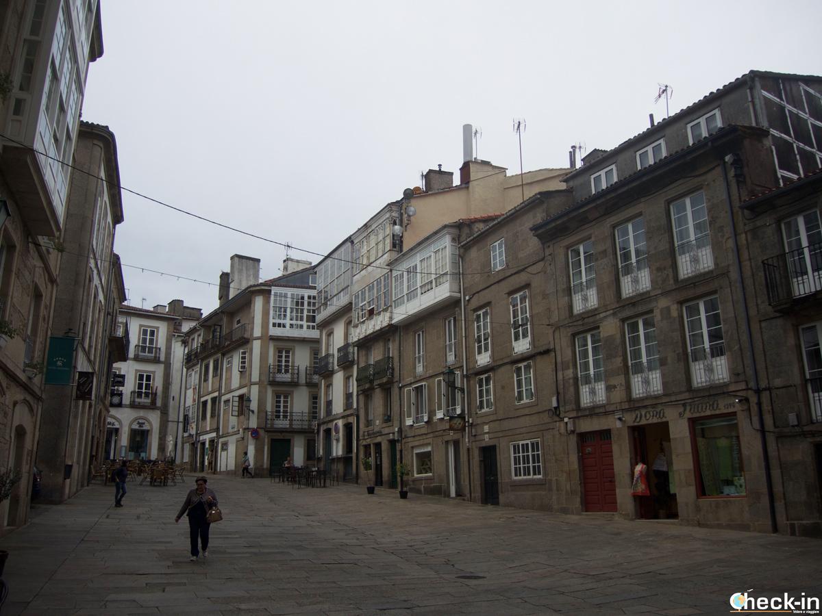 Cosa vedere nel centro storico di Santiago di Compostela: una Rúa cone le case tipiche della Galizia