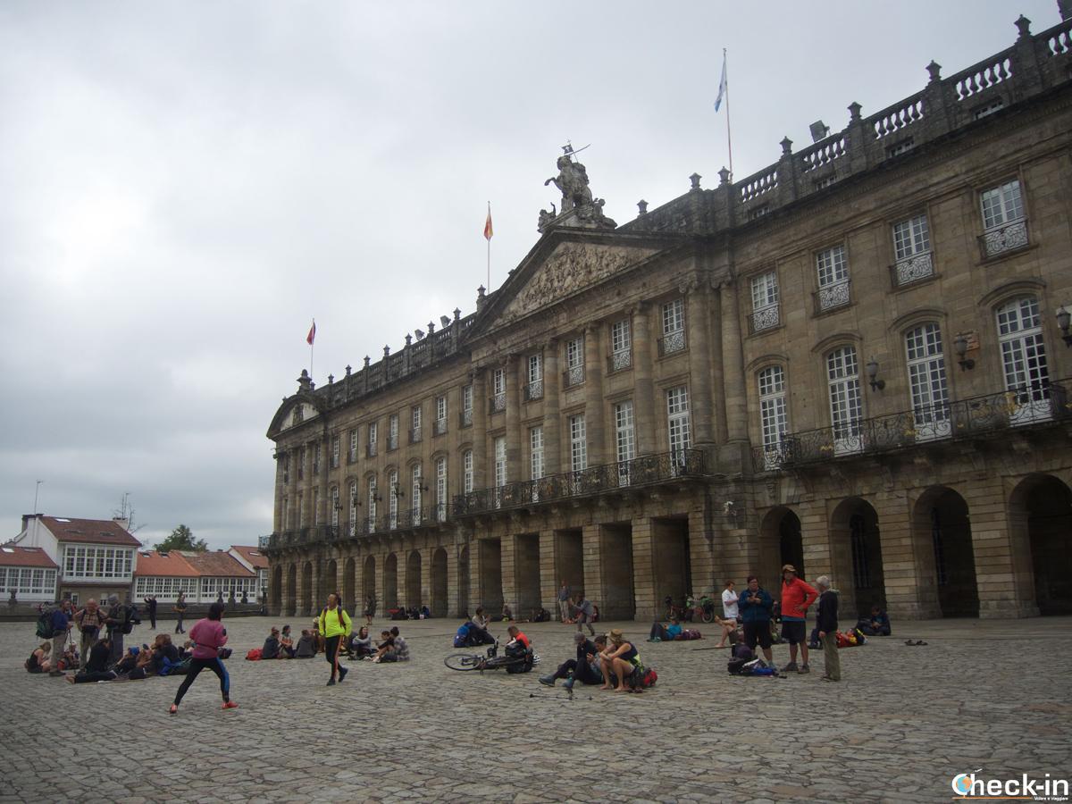Cosa vedere nel centro storico di Santiago di Compostela: il Palazzo Raxoi, sede dell'Ayuntamiento, in Praza do Obradoiro che si riempie di pellegrini