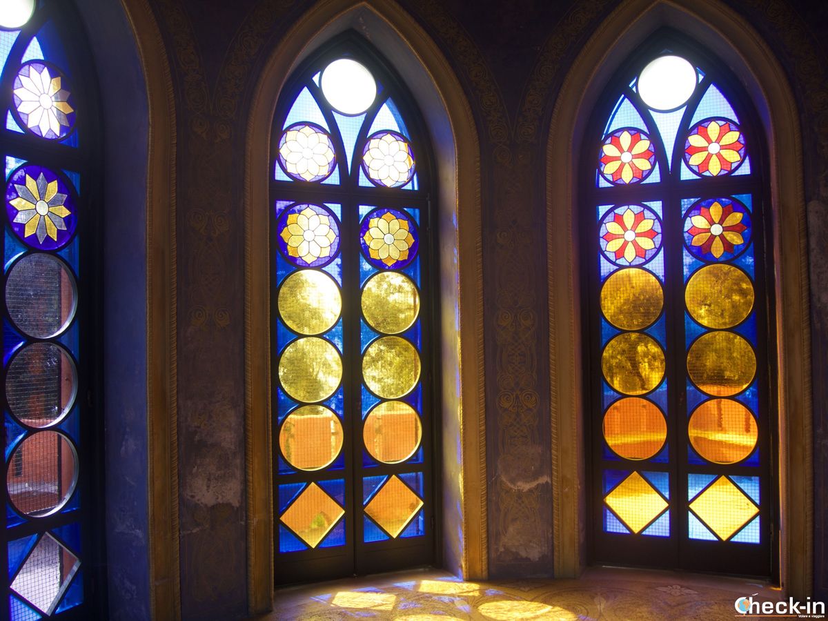Visita di Villa Durazzo Pallavicini: le vetrate all'interno del Castello del Capitano
