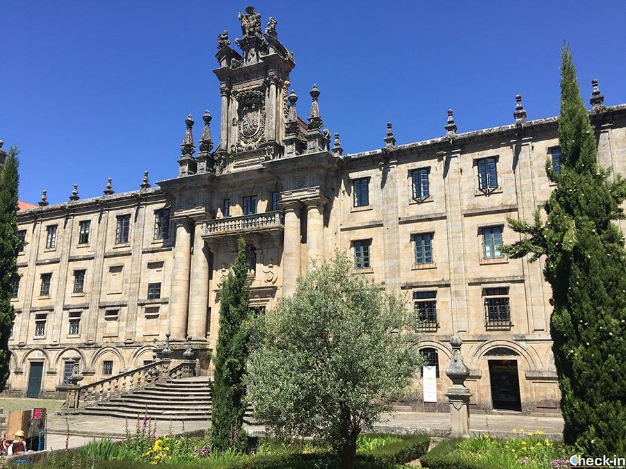 Paseo por el casco antiguo de Santiago de Compostela en Galicia (España del norte)