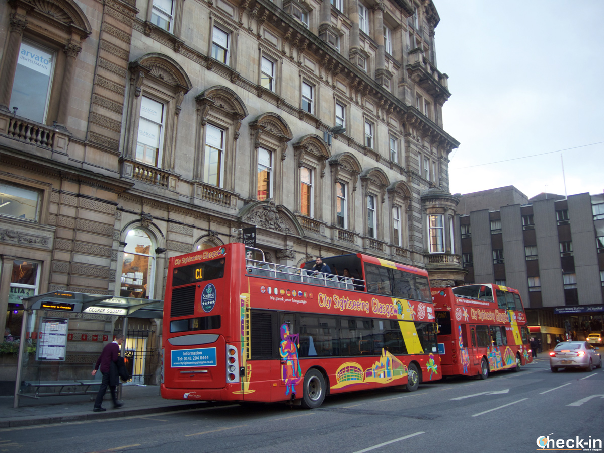 Il bus turistico City Sightseeing collega George Square con il West End ed i Musei di Glasgow