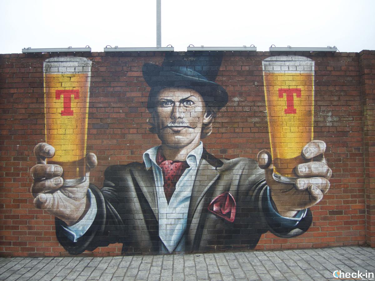 Il murales con Sam Heughan nei pressi del birrificio della Tennent's