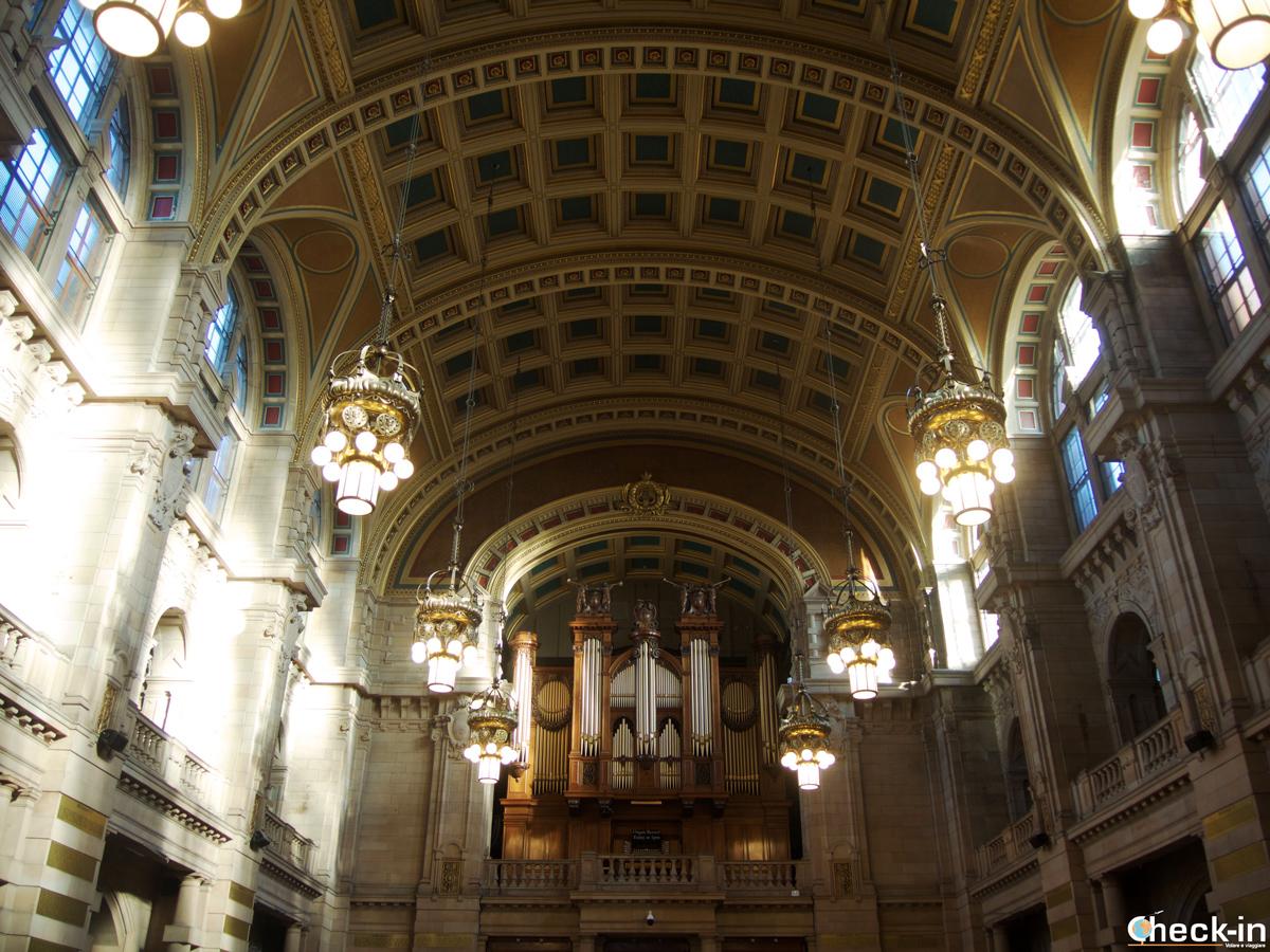 L'atrio centrale del Kelvingrove Museum e l'organo