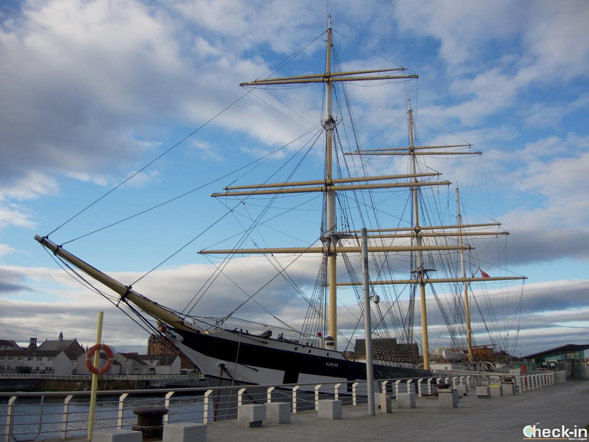 La Tall Ship Glenlee ormeggiata dietro il Riverside Museum di Glasgow